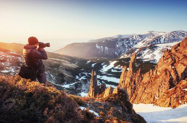 Турист смотрит на пейзаж. прекрасный закат