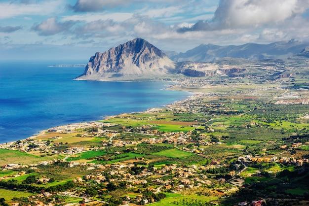 海岸都市トラパニーの春のパノラマ。シチリア、イタリア、ヨーロッパ