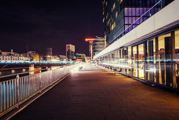 Ночной городской пейзаж дюсильдорф. медиа гавань германия