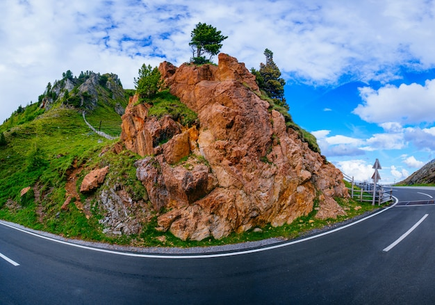 岩の間の道