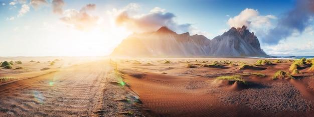 砂浜のビーチで魔法の夕日。美の世界。七面鳥