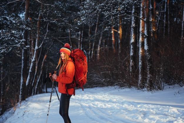 屋外旅行ライフスタイルアドベンチャーアクティブな休暇をハイキングのバックパックを持つ女性旅行者。美しい風景の森