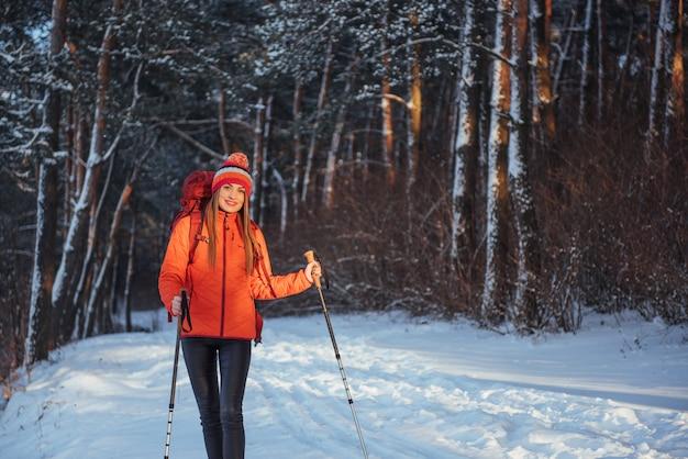 Путешественник женщина с рюкзаком пешие прогулки путешествия стиль жизни приключения активный отдых на открытом воздухе. красивый пейзажный лес