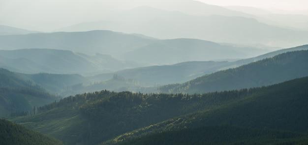 秋の霧の霧の山の眺め