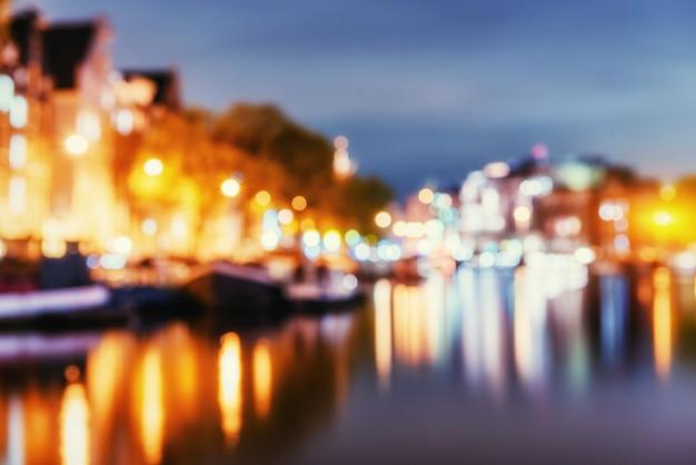Прекрасная ночь в амстердаме. естественный размытый фон. мягкий л