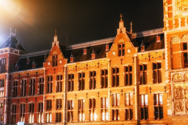 Красивый спокойный ночной вид на амстердам