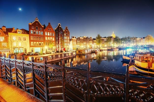 Прекрасная ночь в амстердаме. освещение зданий