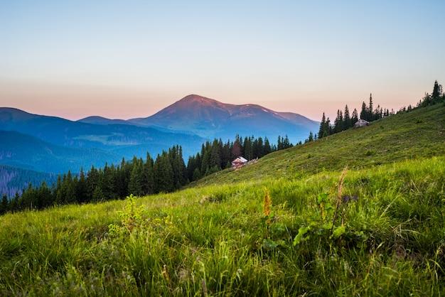 Горная долина и старая деревянная лачуга