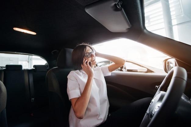 車の中で電話で話している実業家
