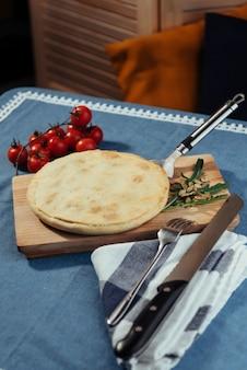 パイ生地と伝統的なギリシャのほうれん草のパイ