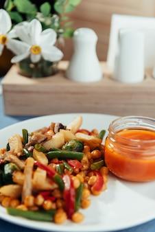 蒸し野菜、キノコとソース。広告撮影メニュー。