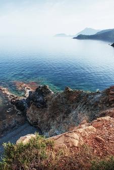 Синее море волны средиземного моря на побережье турции