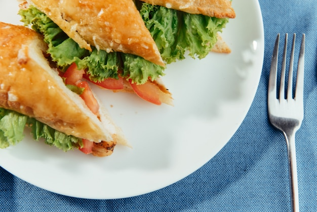 ヘルシーなサンドイッチを細かく切って、おいしい食材のサラームを見せます