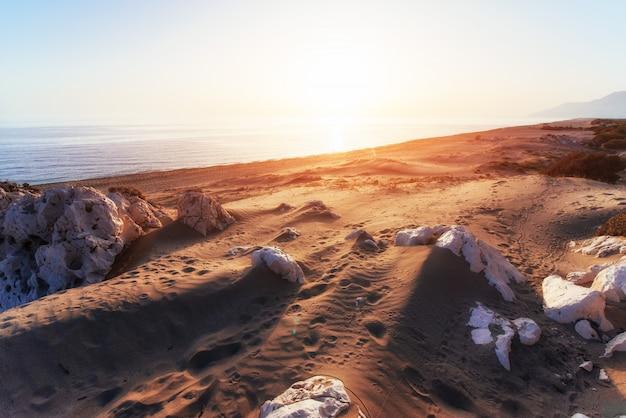 トルコの海岸の空のビーチ。七面鳥