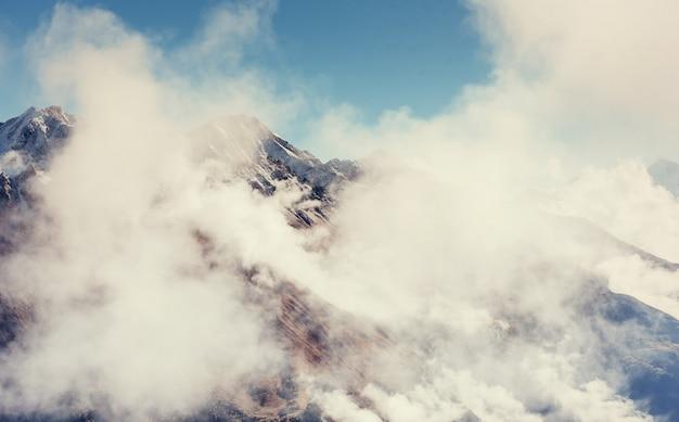 峠の濃霧がグレットを通過します。ジョージア、スヴァネティ。ヨーロッパ。