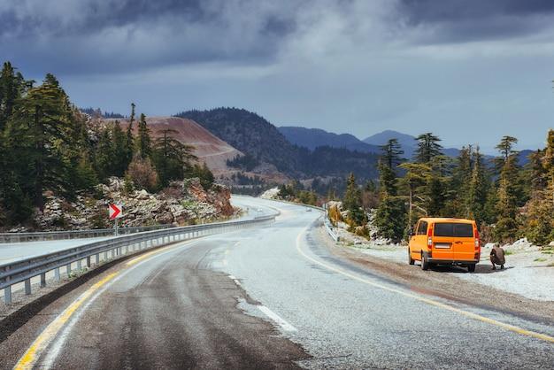 Красивое живописное шоссе в горах. автомобиль едет по асфальту