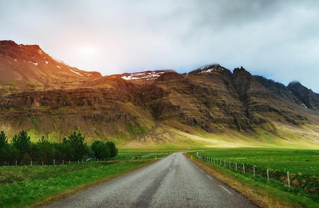 Дорога в горах. мир красоты исландии