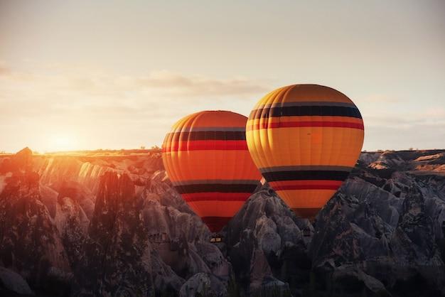カッパドキアのすばらしい夕日。美しい色の風船。七面鳥