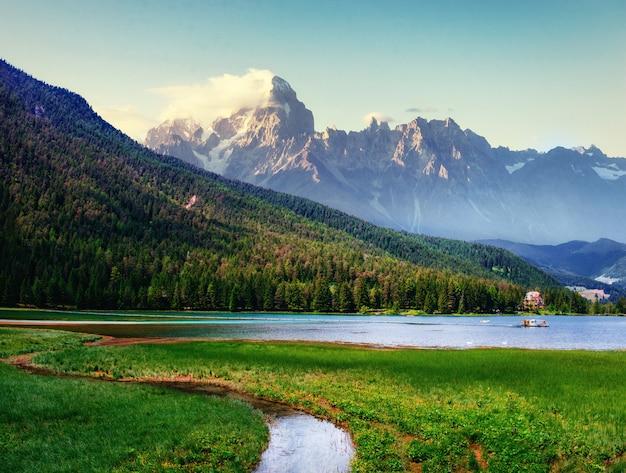 Горное озеро в альпийских горах италия