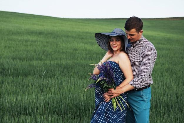 Счастливая пара ждет ребенка. красивые и молодые родители