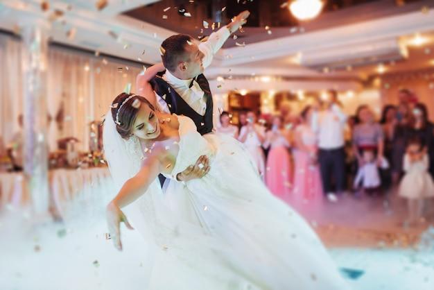 幸せな新郎新婦の最初のダンス