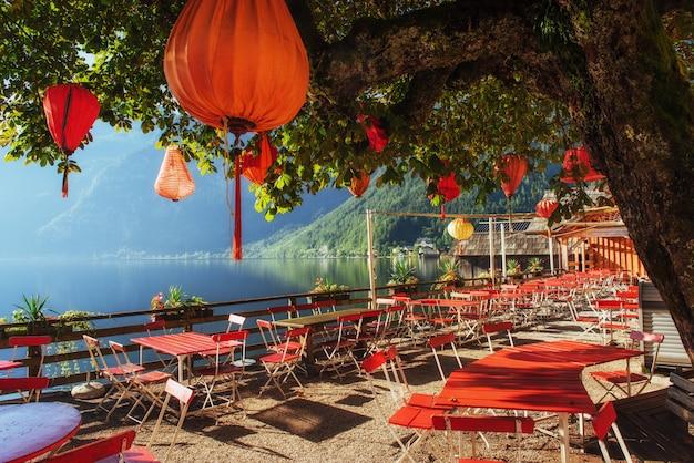 山間の美しい湖の夏のカフェ。アルプス。