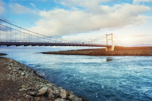 ヨークサルロンラグーンと大西洋を結ぶ水路に架かる橋