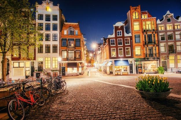 アムステルダムの運河に架かる橋に沿って駐輪されている自転車