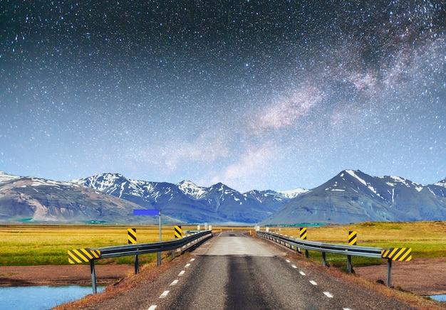 幻想的な星空と天の川。