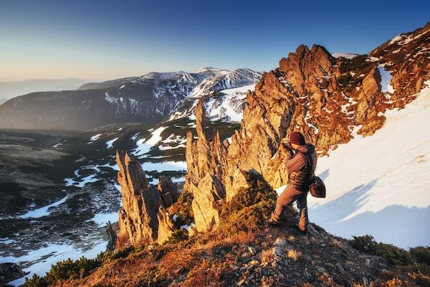 カルパチア山脈国立公園の山脈のカラフルな春の夕日。ウクライナ、ヨーロッパ