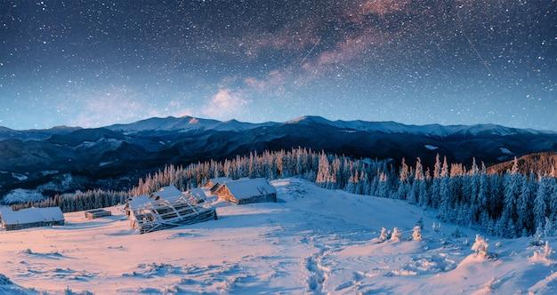 Шале в горах ночью под звездами. карпаты,
