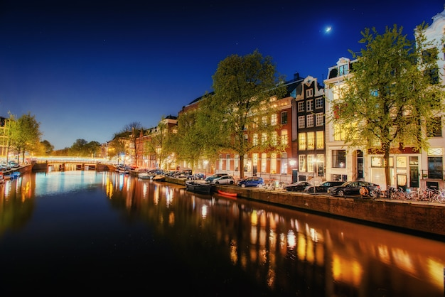 オランダ、アムステルダムの建物と通りを強調表示