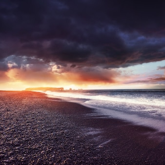 アイスランド南部の素晴らしいビーチ、黒い砂の溶岩