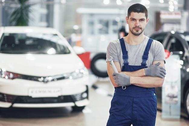 レンチで自動車修理工の手。自動車修理工場
