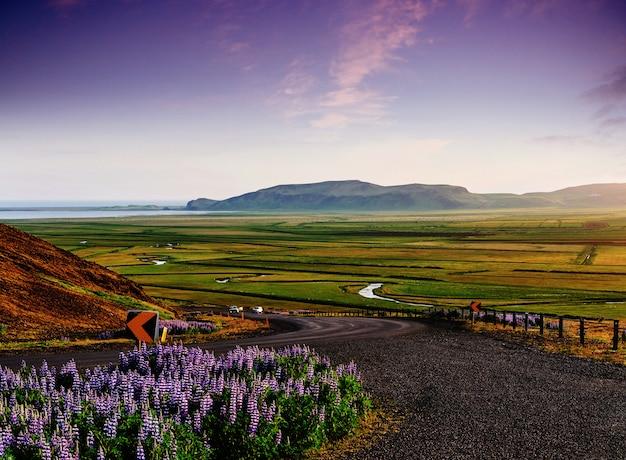 山の道。アイスランド南部のヨークルサルロンラグーンと大西洋を結ぶ水路に架かる橋