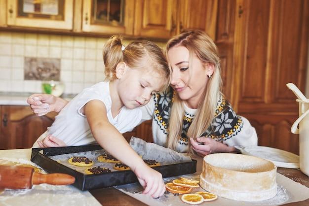 ママと娘はクッキーを焼くのに忙しい