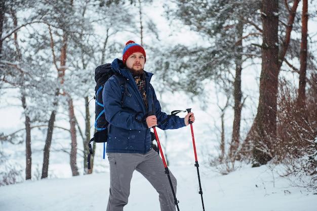 Человек путешественник с рюкзаком пешие прогулки путешествия стиль жизни приключения активный отдых на открытом воздухе. красивый пейзажный лес