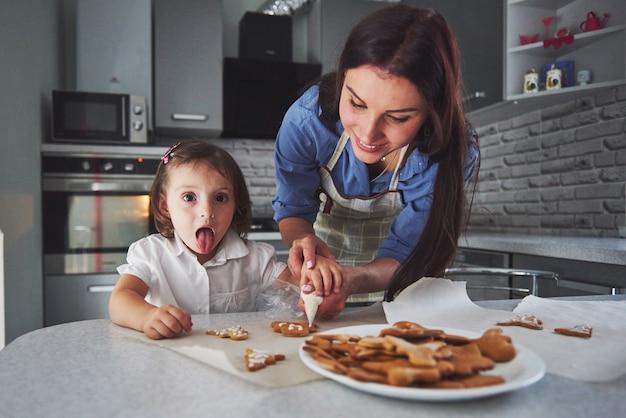 Мать пекла с дочерью на кухне.