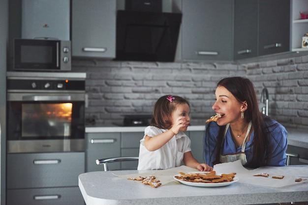 Домашняя выпечка, нарисованная матерью и дочерью.