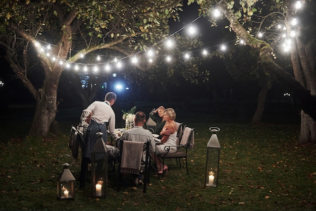 男は命令をもたらしました。友達は夕方に集まります。外の素敵なレストラン
