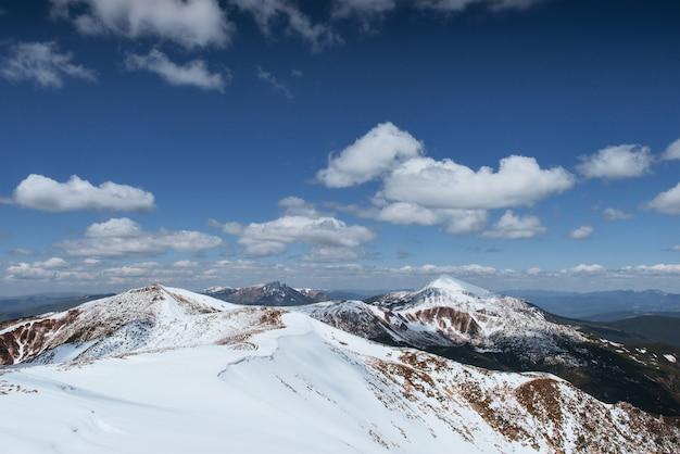 神秘的な冬の風景冬の雄大な山々。山の冬の道。休日を見越して。劇的な冬のシーン。カルパチア人