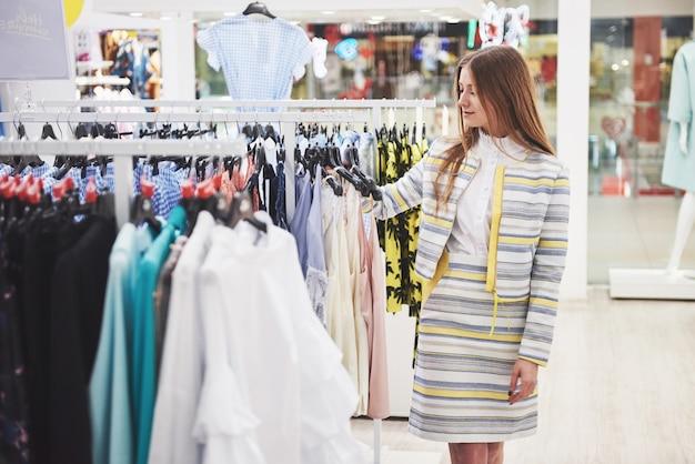 ショッピングバッグで幸せな女は店に行きます。すべての女性に人気の職業、ライフスタイルのコンセプト