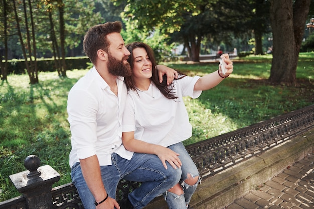 美しいカップルが屋外で写真を作る