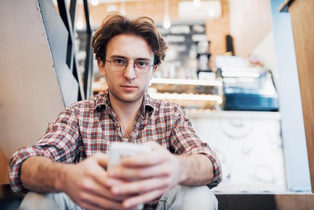 Мужчина пьет чашку кофе в кафе