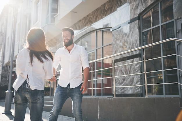 若い面白い愛情のあるカップルは晴れた日に楽しい時を過します。