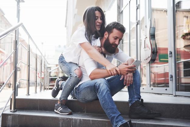 一緒に笑顔の美しい若いカップルの肖像画