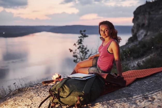 Женщина рядом с красивым пейзажем