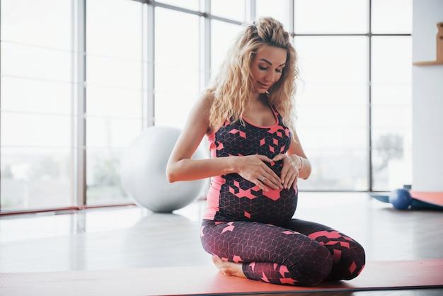 ヨガとフィットネスの妊娠の概念。