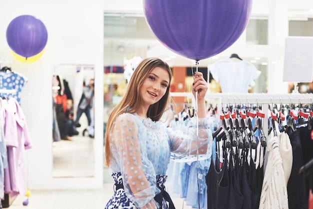 女性の服の買い物