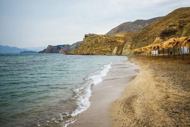 海のビーチとパラソル